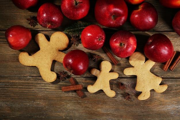 Biscotti e frutta di natale sulla tavola di legno