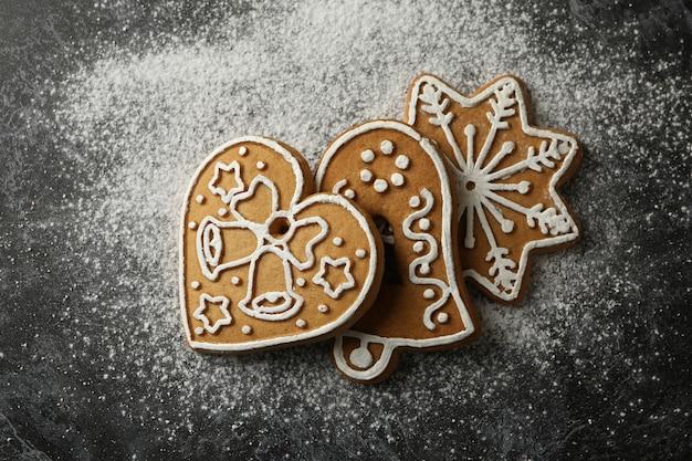 Biscotti di natale e zucchero in polvere