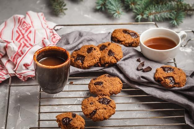 Biscotti di natale con cioccolato e cacao. concetto di sfondo di natale.