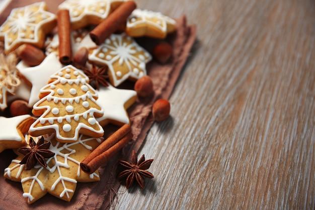 Biscotti di natale con spezie su tavola di legno