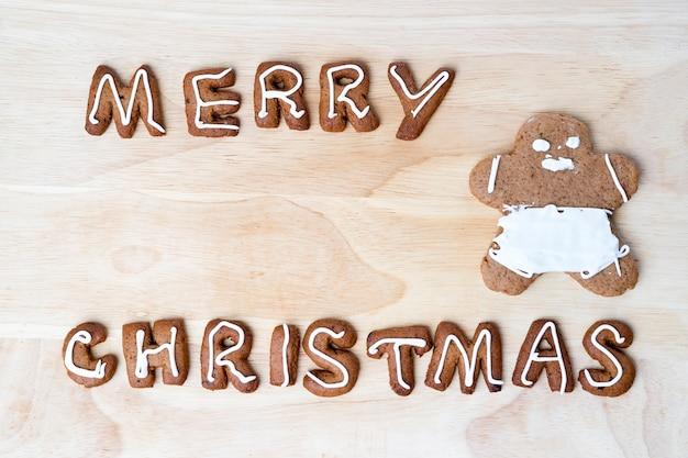 Biscotti di natale su un tavolo di legno. buon anno