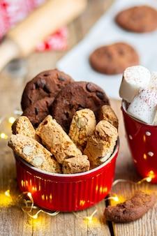 Biscotti di natale su un tavolo di legno con cacao e marshmallow natale 2022 capodanno 2022