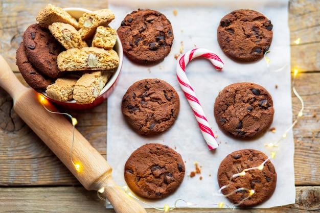 Biscotti di natale su un tavolo di legno con cacao e marshmallow caramelle natalizie con un giocattolo sul