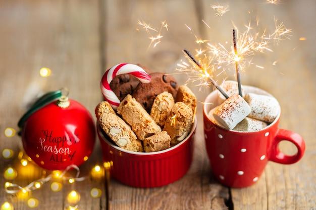Biscotti di natale su un tavolo di legno con cacao e marshmallowbevanda calda con biscotto al cioccolato