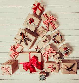 Scatole artigianali natalizie decorate in stile vintage, vista dall'alto a forma di albero di natale