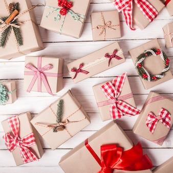Scatole artigianali natalizie decorate in stile vintage, vista dall'alto