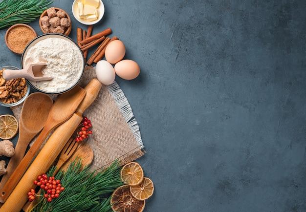 Sfondo culinario natalizio con ingredienti e utensili da cucina per la cottura