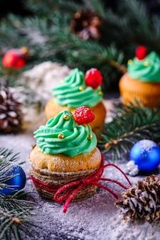 Tortini di natale in una foresta festosa e innevata. dessert per capodanno e festa di natale.