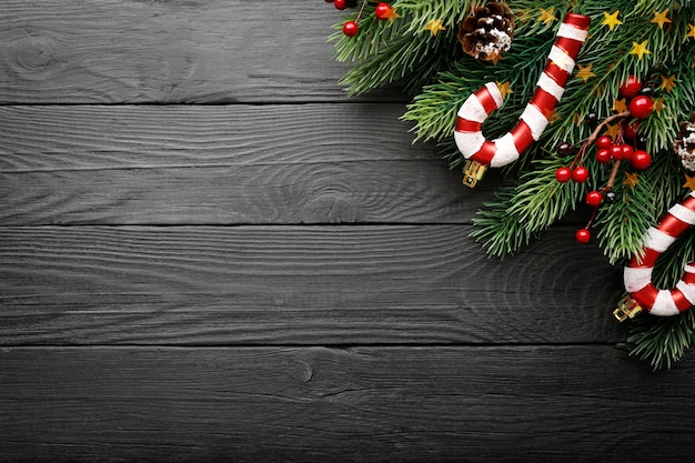 Sfondo scuro di natale con decorazioni natalizie, bastoncini di zucchero di natale