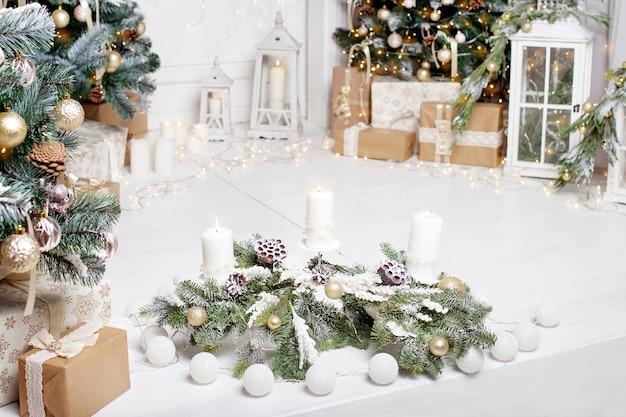 Decorazioni natalizie. addobbi per l'albero di natale e case per le vacanze. interni di capodanno con un abete nei toni del bianco