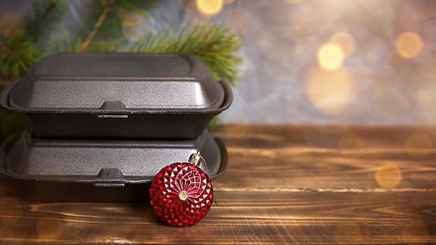 Decorazioni natalizie di contenitori per servizio di consegna cibo e scatola per pizza.