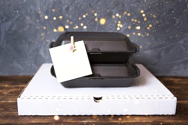 Decorazioni natalizie di contenitori per servizio di consegna cibo e scatola per pizza