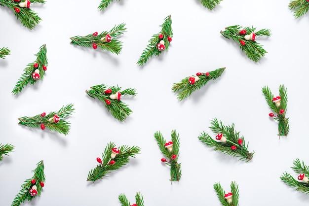 Modello di decorazioni natalizie, ramo di albero di natale verde con ornamento Foto Premium