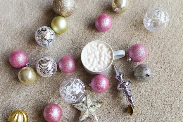 Giocattoli di decorazioni natalizie palle e tazza di caffè