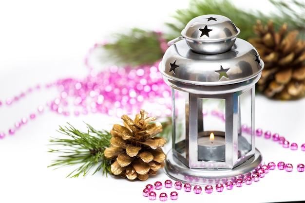 Decorazioni natalizie su sfondo bianco