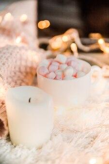Decorazioni natalizie con una tazza di cacao e marshmallow