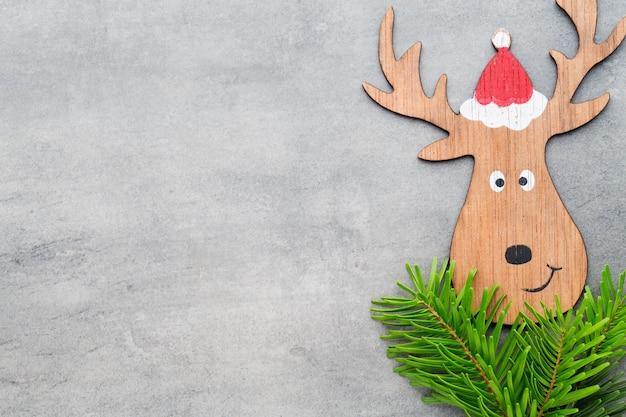 Decorazioni natalizie con cappello da babbo natale. sfondo di annate.