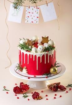 Torta decorata di natale con glassa di formaggio cremoso e mirtilli rossi