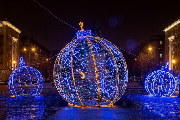 Natale decorato città di san pietroburgo, russia. grandi palle di natale luminose.