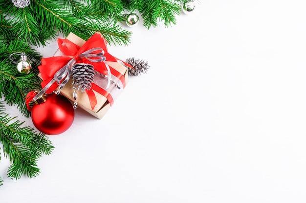 Scatola regalo decorata natalizia e pigne d'argento