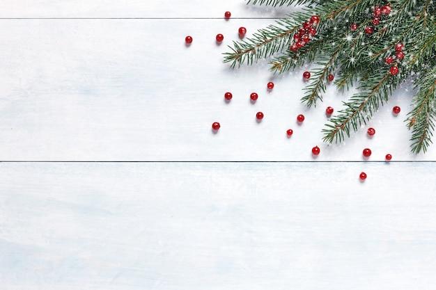 Decorazioni natalizie con rami di albero e bacche