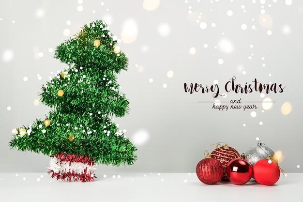Pino delle palle della decorazione di natale e ornamenti sopra fondo astratto del bokeh su fondo bianco. biglietto di auguri sfondo vacanza per natale e capodanno. buon natale
