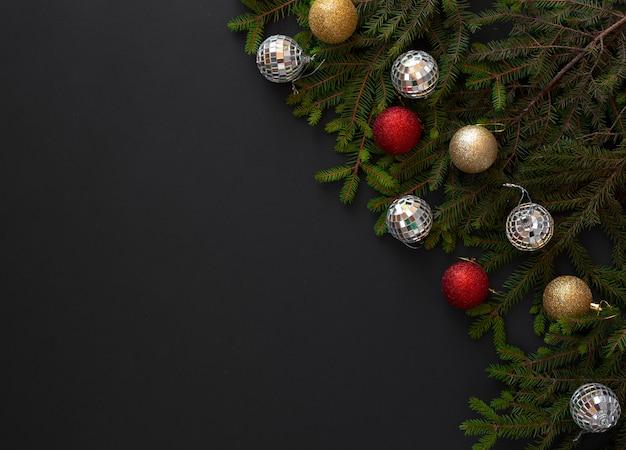 Decorazione natalizia sulla superficie nera