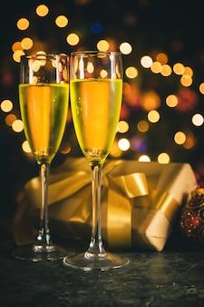 Decorazione natalizia e champagne.