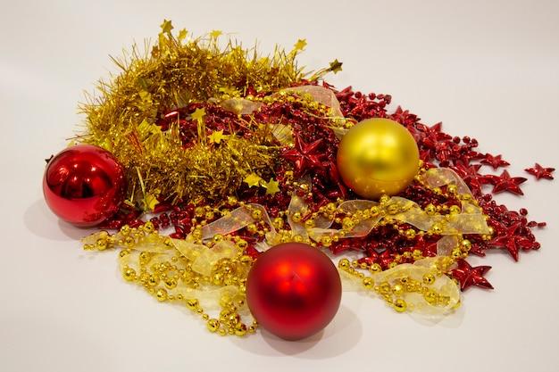 Decorazione natalizia. palle di natale decorate per le vacanze. accessori multicolori. addobbi natalizi in previsione della festa