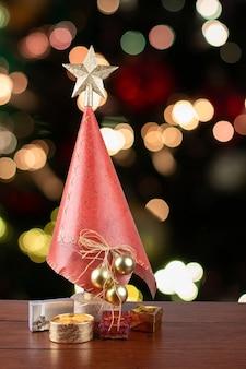 Decorazione natalizia. albero di natale con doni sul natale sfocato.