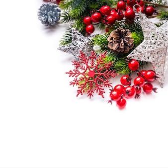 L'abete della decorazione di natale stars i fiocchi di neve isolati