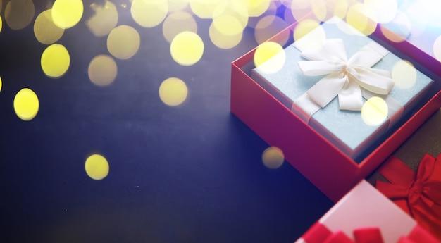 Decorazione natalizia. scatole regalo su sfondo di pietra nera. vista dall'alto. concetto di biglietto di auguri di natale.