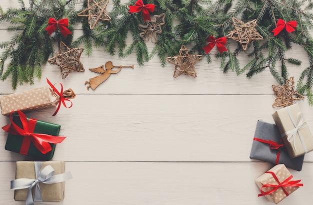 Decorazione natalizia, scatole regalo e concetto di cornice ghirlanda