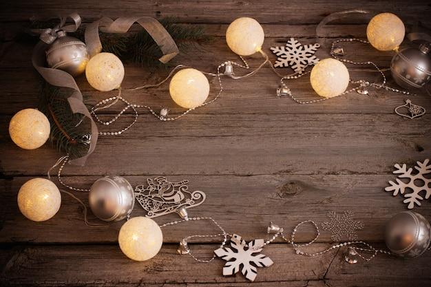 Decorazione natalizia su sfondo di legno vecchio