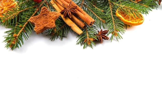 Decorazione natalizia, arancia, anice stellato e cannella, isolata su sfondo bianco