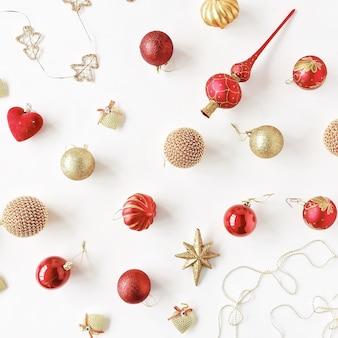 Modello di decorazione natalizia, con palline di vetro di natale, orpello, fiocco. carta da parati di natale.
