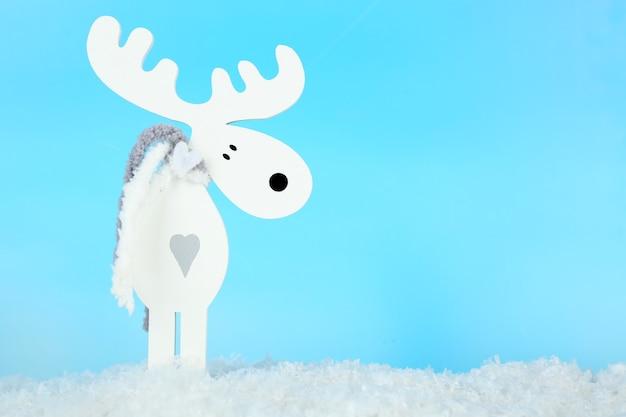 Decorazione natalizia a forma di cervo su sfondo azzurro