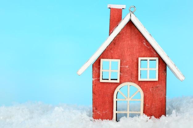 Decorazione natalizia a forma di casa su sfondo azzurro
