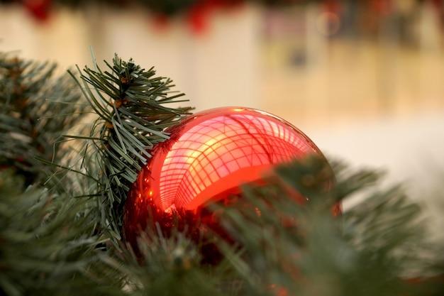Decorazione natalizia di sfere del centro commerciale, fiocchi e rami di un abete