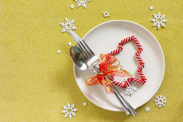 Tavolo per decorazioni natalizie piatto e posate festive con decorazioni su tavolo festivo vista dall'alto piatta
