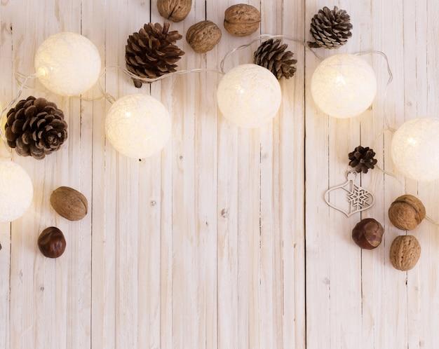 Decorazione di natale su fondo di legno bianco