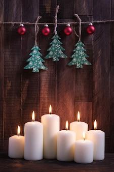 Decorazioni natalizie con candele accese e decorazioni per l'albero