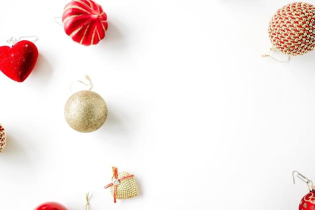 Decorazioni natalizie con palline di vetro natalizie, orpelli, fiocco. carta da parati di natale.