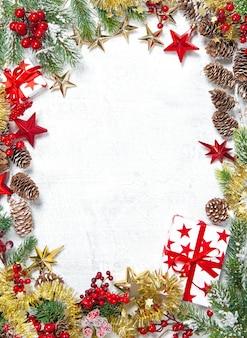 Decorazione di natale con regali, stelle, bacche rosse su sfondo bianco. cornice vacanze invernali
