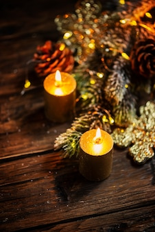 Decorazione natalizia con candele d'oro e luce, fuoco selettivo