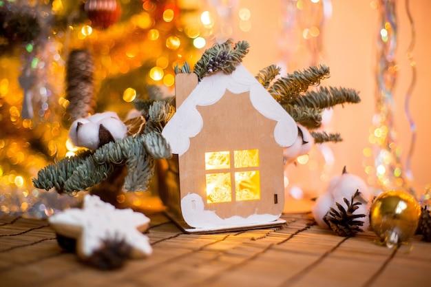 Decorazione natalizia con casa e boken intorno