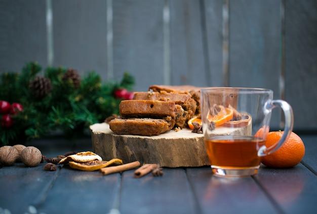 Decorazioni natalizie con mandarini, regali, cannella, anice stellato, fette d'arancia essiccate