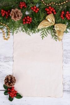 Decorazione natalizia con merda di carta su superficie di legno