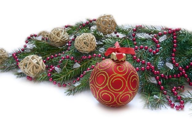 Decorazione natalizia con palla rossa e ramoscello verde
