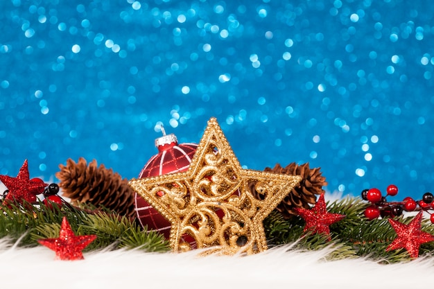 Decorazione natalizia con parete blu scintillante